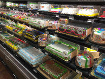 Torte di compleanno variopinte nella vendita del frigorifero Immagini Stock Libere da Diritti