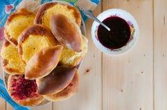 Torte di formaggio, torte e pancackes casalinghi fragranti rustici deliziosi fotografie stock