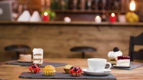 Torte di frutta dolci e una tazza di caff? fresco archivi video