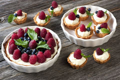 Torte di frutta fresche sulla tavola di legno Fotografia Stock Libera da Diritti