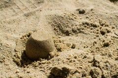 Torte di sabbia nella fine della sabbiera su immagini stock libere da diritti