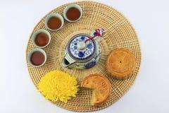 Torte e tè di luna sul cassetto di vimini Fotografia Stock Libera da Diritti