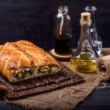 Torte eingefettet mit Olivenöl auf einem braunen Hintergrund Lizenzfreie Stockfotos