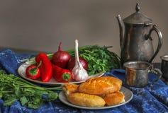 Torte, erbe fresche, cipolle, aglio, bugia del peperone dolce sulla tavola Fotografia Stock Libera da Diritti