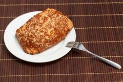 Torte füllte Fleisch und Käse auf Bambusserviette an Stockfotos
