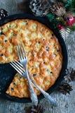 Torte mit Äpfeln von den Eiern Stockfotografie