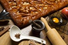 Torte mit Bestandteilen und Werkzeugen für das Kochen Stockfoto