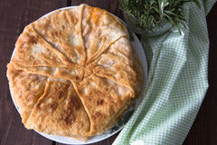 Torte mit dem Füllen ist gedämpfter Kohl mit Ei Stockfotos