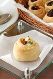 Torte mit einer getrockneten Tomate und einem Käse Stockfotografie