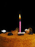 Torte mit einer Kerze. Stockfotos