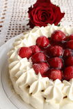 Torte mit Erdbeeren und Creme Stockfotos