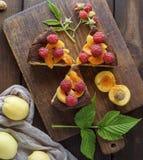 Torte mit Himbeeren und Aprikosen lizenzfreies stockbild