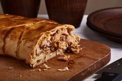 Torte mit Huhn und Käse auf Holztisch Stockfotografie