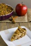 Torte mit Krümel auf hölzernem Hintergrund Stockfotos