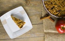 Torte mit Krümel auf hölzernem Hintergrund Lizenzfreie Stockfotografie
