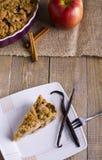 Torte mit Krümel auf hölzernem Hintergrund Lizenzfreies Stockbild