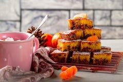 Torte mit Mandarine und Schokolade Kaffee mug Stockfoto