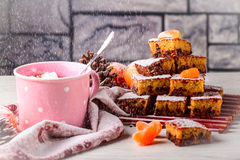 Torte mit Mandarine und Schokolade Kaffee mug Stockfotografie