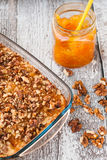 Torte mit Orangenmarmelade und Walnüsse auf einem hölzernen Hintergrund Lizenzfreies Stockbild