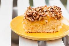Torte mit Orangenmarmelade und Walnüsse auf einem hölzernen Hintergrund Stockbild
