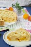 Torte mit Pfirsichen und Sahnefüllung Stockbild