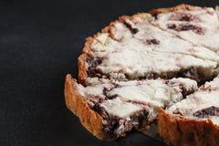 Torte mit Ricotta- und Käseabschluß oben auf dunklem Hintergrund stockfoto