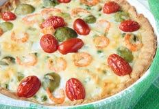 Torte mit Rosenkohl, Garnele und Tomaten Stockbilder
