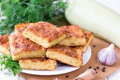 Torte mit Zucchini, Käse und Kräutern auf dem Tisch Stockfotos