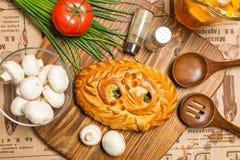 Torte mit Zwiebeln und Eiern Stockfoto