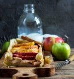 Torte rubiconde con le mele Immagini Stock