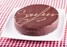 Torte Sacher над белой и красной тканью Стоковые Изображения RF
