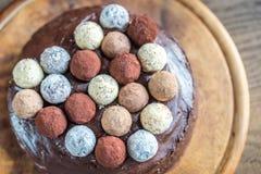 Torte Sacher украшенный с трюфелями Стоковые Изображения