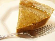 Torte und Gabel des Kürbis-Pict5019 auf weißer Platte Lizenzfreies Stockfoto