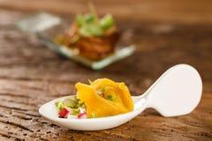 Tortelline del camarón, salsa de la mañana, rábano y sal negra en una cuchara Foto de archivo libre de regalías