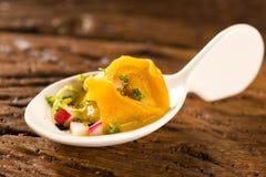 Tortelline del camarón, salsa de la mañana, rábano y sal negra en una cuchara Fotografía de archivo libre de regalías