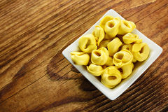 Tortellini, świeży jajeczny makaron Zdjęcia Stock