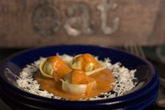 Tortellini με τη σάλτσα κρέμας στο μπλε πιάτο στοκ εικόνα με δικαίωμα ελεύθερης χρήσης