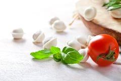 Tortellini и овощи на белой деревянной предпосылке Стоковые Изображения RF