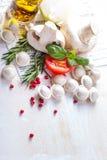 Tortellini и овощи на белой деревянной предпосылке Стоковая Фотография RF