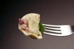 Tortellini с сливк и ветчиной молока стоковое изображение