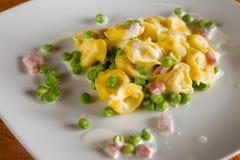 Tortellini с cream ветчиной и горохами Стоковое Фото
