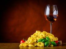 Αυξήθηκε κρασί και Tortellini με το διάστημα αντιγράφων Στοκ φωτογραφία με δικαίωμα ελεύθερης χρήσης