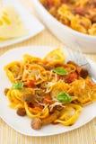 Tortellini casalinghi di raviloi con salsa al pomodoro con i funghi Immagini Stock