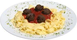 Tortellini com molho de tomate com bolas e ervas de carne Fotos de Stock Royalty Free