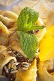 Tortellini con finocchio, l'arancio e la menta, primo piano Fotografia Stock
