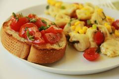 Tortellini con la Bruschetta Fotografie Stock