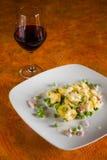 Tortellini con los guisantes poner crema del jamón y el vino rojo Fotos de archivo libres de regalías