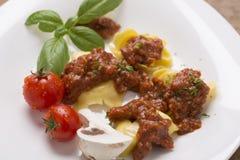 Tortellini con salsa sul piatto servito Fotografia Stock Libera da Diritti