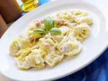 Tortellini della pasta e crema del prosciutto Fotografia Stock Libera da Diritti