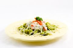Tortellini en plantaardige saus stock afbeelding